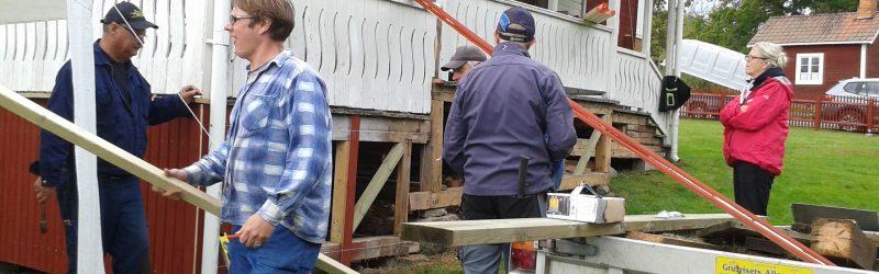 Fortsatt reparationsarbete på bystugans veranda 17 sept kl 10.00